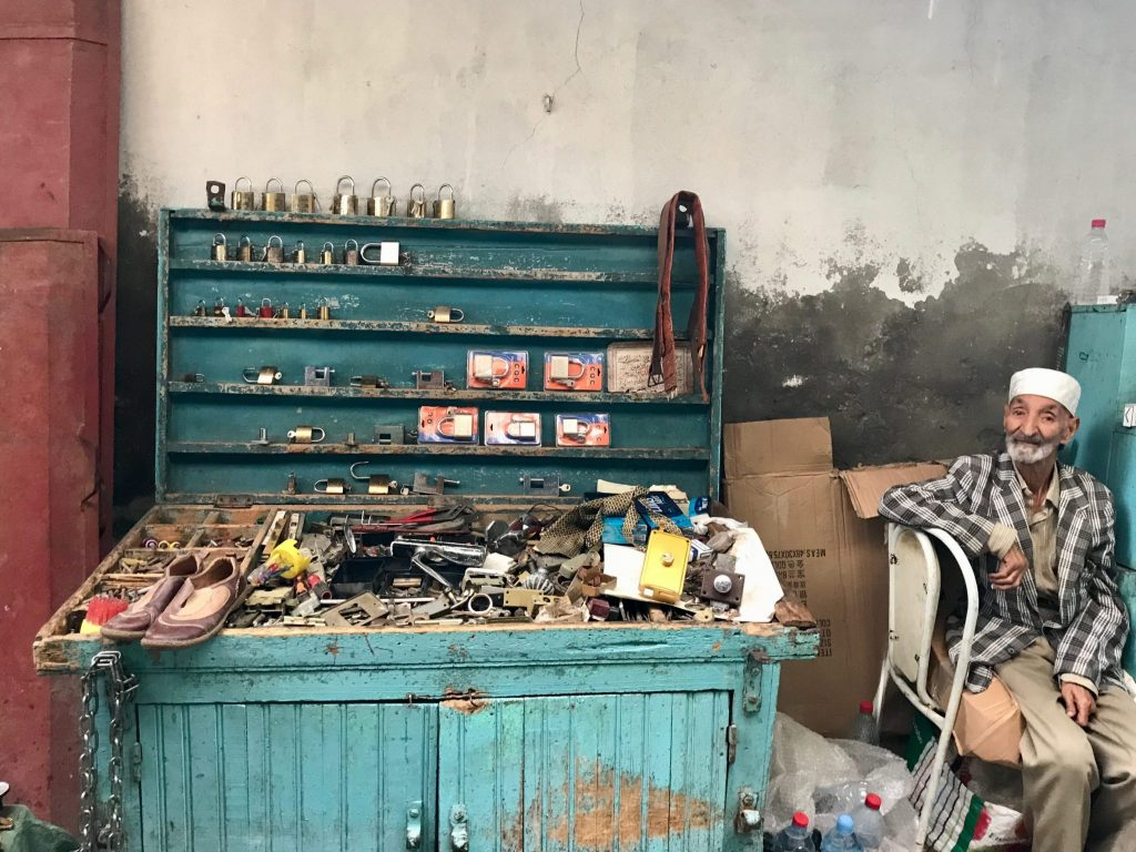 Een verkoper in de straten van Tunis