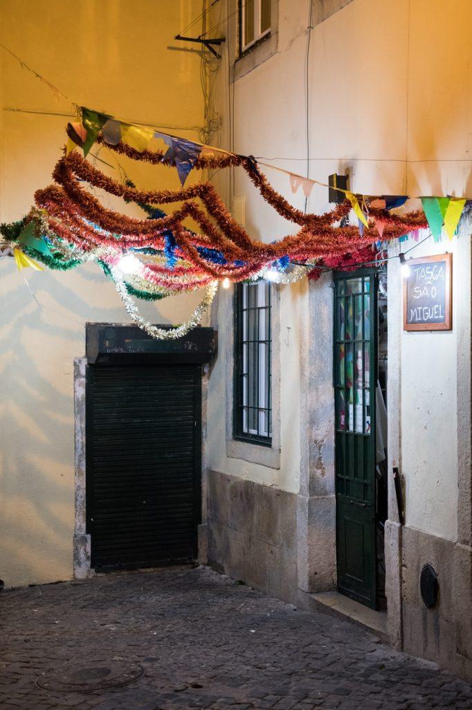 Straatje in de avond in Lissabon