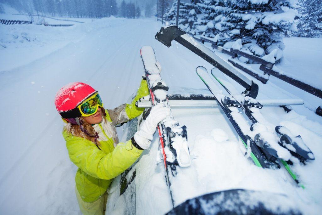 Op wintersportvakantie: wat moet er zeker mee in de auto?