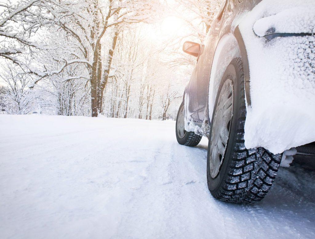 Met de auto op wintersport? Dit moet je weten over de wetgeving voor winterbanden en sneeuwkettingen