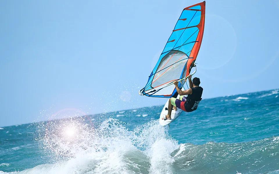 Op windsurfvakantie? Dit zijn de 4 mooiste windsurfspots in Europa